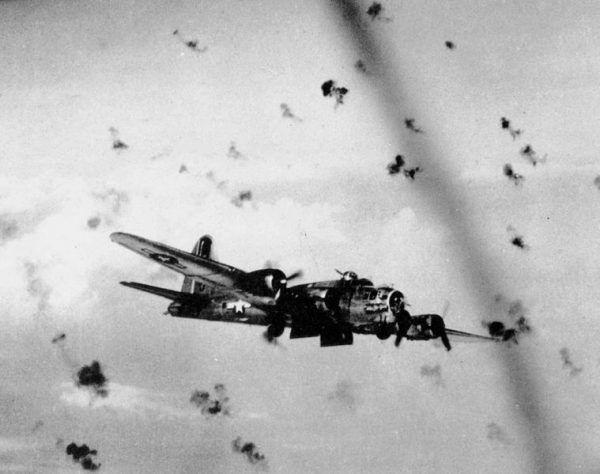 B 17G pod ostrzałem artylerii przeciwlotniczej. Zdjęcie poglądowe