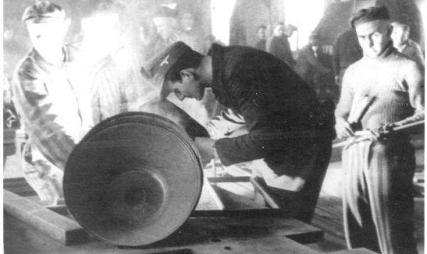 Edek zaprzyjaźnił się z esesmanem Lubuschem w czasie pracy w zakładzie ślusarskim