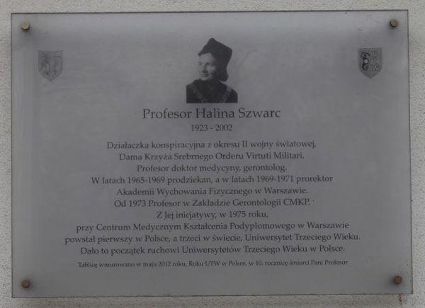 Tablica upamiętniająca Halinę Szwarc na frontowej ścianie siedziby CMKP przy ul. Marymonckiej 99/103 w Warszawie