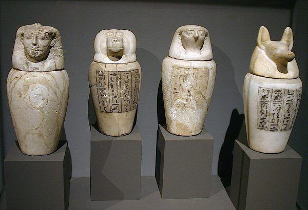 Podczas mumifikacji wnętrzności wyciągano i umieszczano w urnach kanopskich