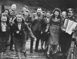 Oficerowie SS i funkcjonariuszki żeńskiej służby pomocniczej SS