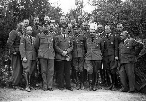 Lekarz Hitlera zrobił błyskawiczną karierę. Na zdjęciu 4 od prawej