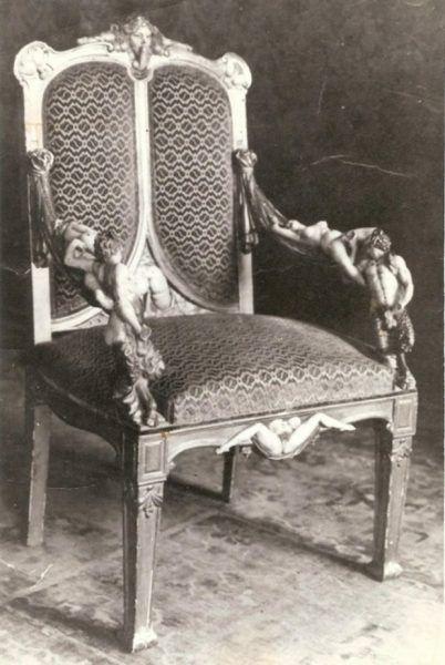 Rzekomy pokój rozkoszy wypełniony miał być meblami z erotycznymi zdobieniami