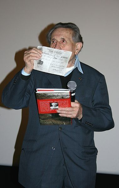 Adolf Burger był jednym z więźniów zmuszonych do produkowania fałszywych funtów. To on nazwał więźniów