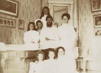 Aleksandra Fedorowna z rodziną i Rasputinem