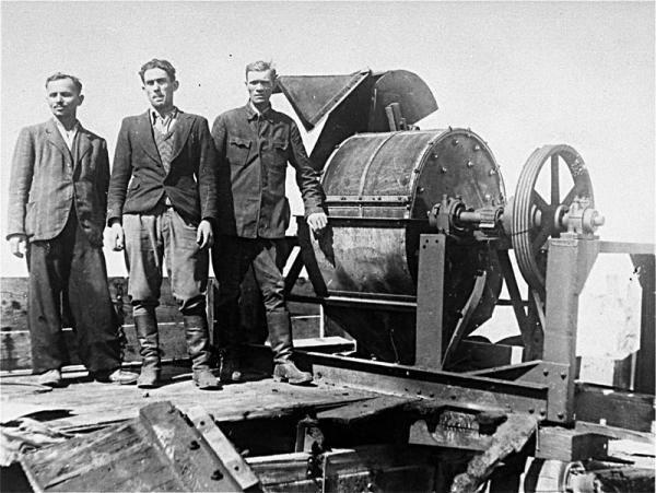 Członkowie tzw. Sonderkommando 1005 w Obozie Janowskim przy maszynie do mielenia kości zmarłych ludzi