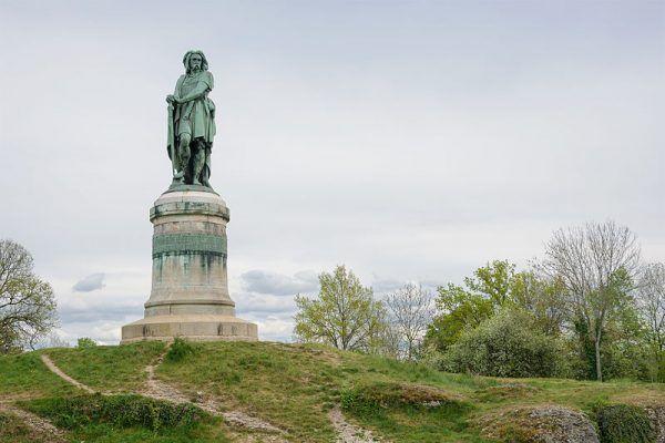 Pomnik Wercyngetoryksa w okolicy bitwy