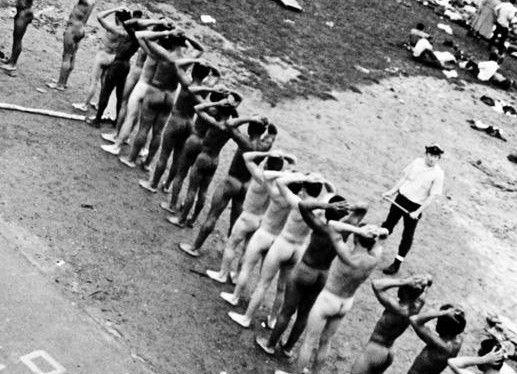 Więźniowie, którym nakazano rozebranie się i ustawienie w rzędzie na dziedzińcu D po odbiciu zakładu, Więźniowie, którym nakazano rozebranie się i ustawienie w rzędzie na dziedzińcu D po odbiciu zakładu (Dzięki uprzejmości agencji Corbis)