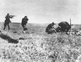 Egzekucja kijowskich Żydów przez Einsatzgruppe niedaleko Iwanhorodu na Ukrainie