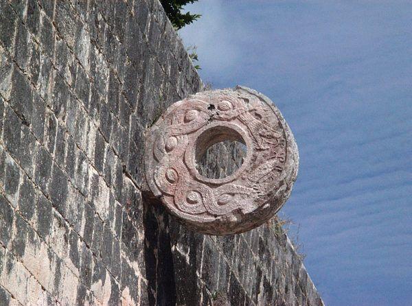 Chichén Itzá – kamienny pierścień na boisku do gry w ullamaliztli