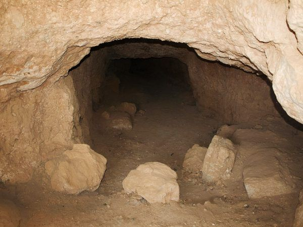 Ślady oblężenia miasta Dura Europos nad Eufratem w 256 roku. Atakujący Persowie wykopali podziemne przejście pod murami i wpuszczali przez nie mieszkankę bitumu i kryształków siarki