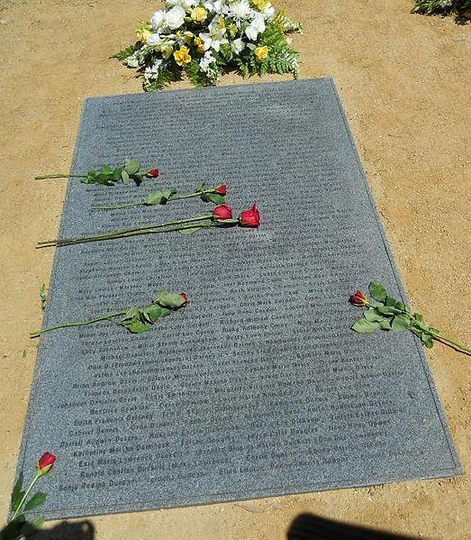 1 z 3 nowych nagrobków umieszczonych podczas nabożeństwa żałobnego w Jonestown w 2011 roku na cmentarzu Evergreen w Oakland w Kalifornii. Imiona wszystkich zmarłych są wypisane na kamieniach