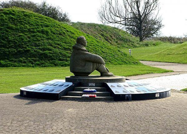 Kiedy w 1993 roku w Capel le Ferne w pobliżu Folkestone odsłonięto pomnik bitwy o Anglię, zabrakło na nim emblematów polskich dywizjonów 302 i 303. Dopiero w późniejszym czasie dodano polskie dywizjony