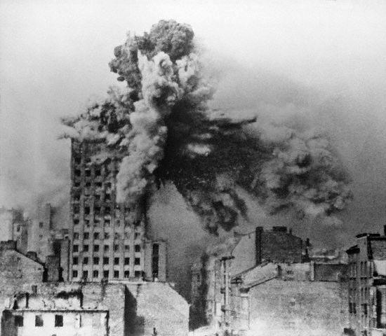 Budynek Prudential trafiony 2 tonowym pociskiem moździerzowym Mörser Karl