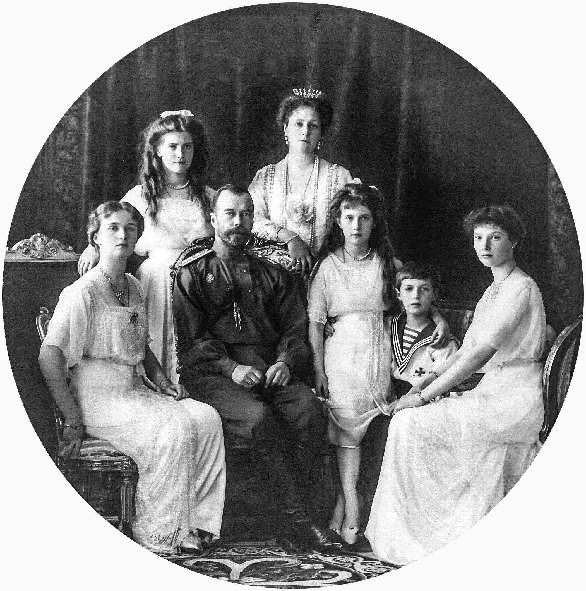 Car Mikołaj II z rodziną. Od lewej, Olga, Maria, żona Aleksandra Fiodorowna, Anastazja, Aleksiej i Tatiana