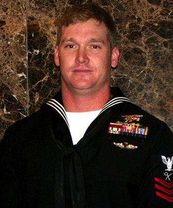 Chris Kyle w mundurze marynarki w 1999 roku