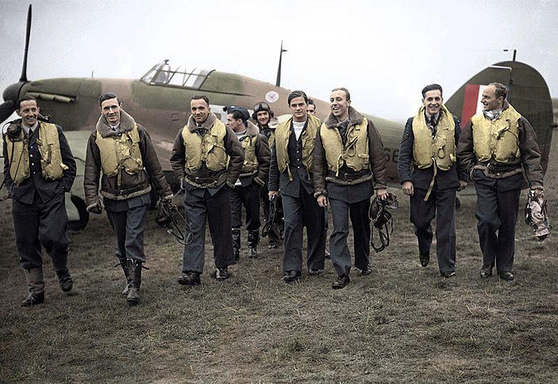 Piloci Dywizjonu 303. Od lewej P/O Ferić, F/Lt Kent, F/O Grzeszczak, P/O Radomski, P/O Zumbach, P/O Łukuciewski, F/O Henneberg, Sgt. Rogowski, Sgt. Szaposznikow.