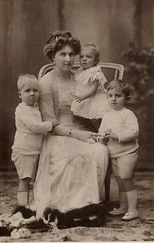 Ena, królowa Hiszpanii i dzieci. Zdjęcie: Christian Franzen (Madryt), około 1911 r