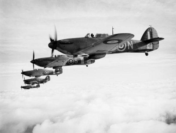 Polski pilot latał m.in. na samolotach typu Hurricane. Na zdjęciu poglądowym: Sea Hurricane'y Mk IB w formacji, grudzień 1941 roku