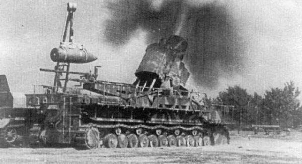 """Ważący 124 tony i obsługiwany przez 22 żołnierzy moździerz o nazwie własnej """"Ziu"""" przybył do Warszawy 17 sierpnia rano."""