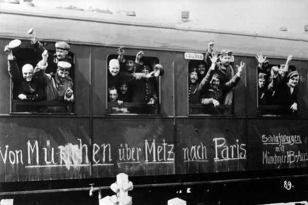 Niemieccy żołnierze jadący na front, napis na wagonie głosi: Z Monachium przez Metz na Paryż