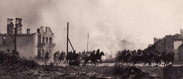 Propagandowe zdjęcie niemieckie przedstawiające scenę z filmu Kampfgeschwader Lützow. Zdjęcie przedstawia rzekomą polską kawalerię w Sochaczewie w roku 1939
