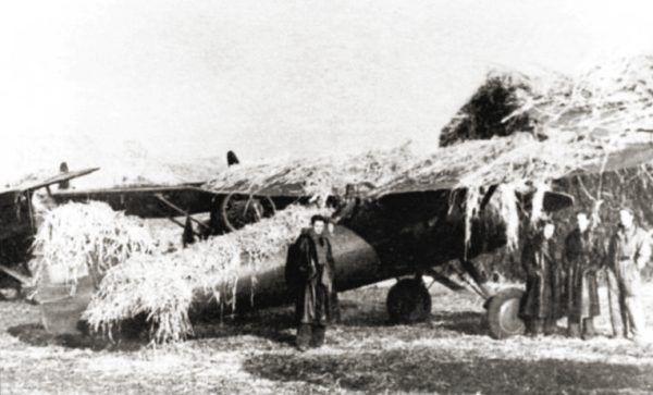 Polski myśliwiec PZL P.11 zamaskowany na lotnisku polowym