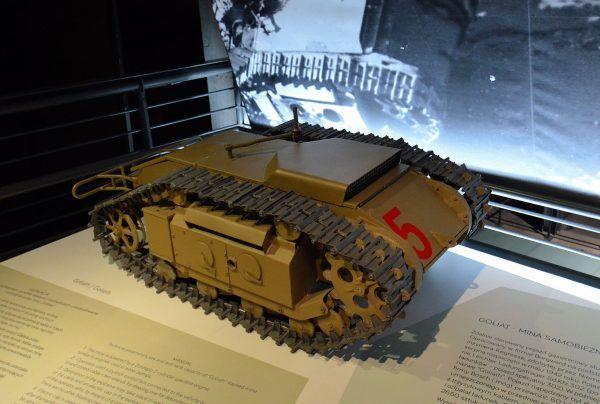 Replika miny samobieżnej Goliat w Muzeum Powstania Warszawskiego