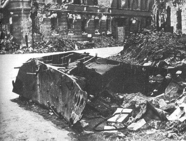 Resztki czołgu Borgward B IV, który eksplodował przy ulicy Kilińskiego nr. 3, dnia 13 sierpnia 1944 o godzinie 18:07