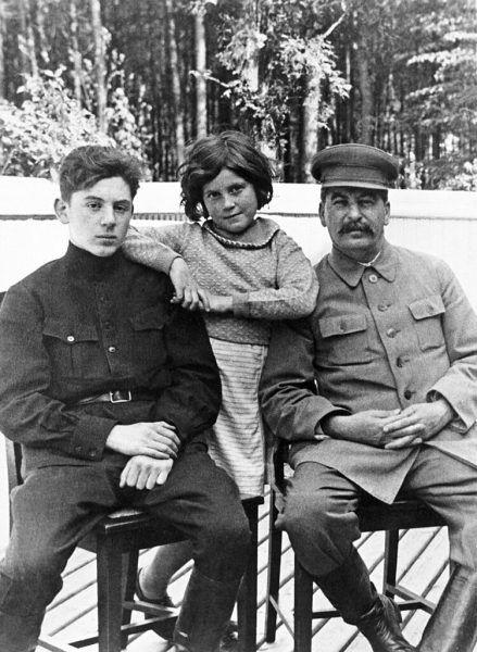 Stalin z dziećmi, Swietłana oraz Wasilij