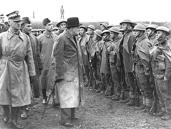 Winston Churchill przeglądający polskie oddziały w Anglii Podczas wojny pod brytyjskim dowództwem służyło aż 17 tysięcy mężczyzn i kobiet z Polskich Sił Powietrznych