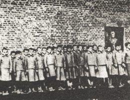 Polskie dziewczynki więzione w filii łódzkiego obozu w Dzierżąznej.