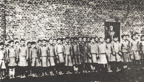 Polskie dziewczęta w niemieckim obozie pracy w Dzierżąznej k. Zgierza.