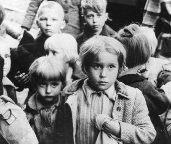 Niemieckie dzieci wypędzone z domów na terenie Polski w ramach akcji przesiedleń.