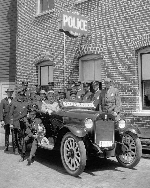 """W latach 20. policja z Los Angeles """"cieszyła się"""" kiepską opinią i słynęła z rozwiązywania spraw """"po swojemu""""."""