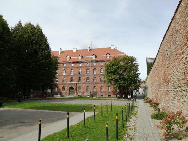 Dziedziniec poczty polskiej z widocznym gmachem i murem