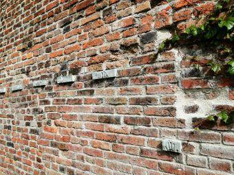 Dziś symbolem męczeństwa obrońców Poczty Polskiej w Gdańsku są palce odciśnięte na murze. Można wśród nich dostrzec dłonie dziecka – to 10 letnia Erwinka...