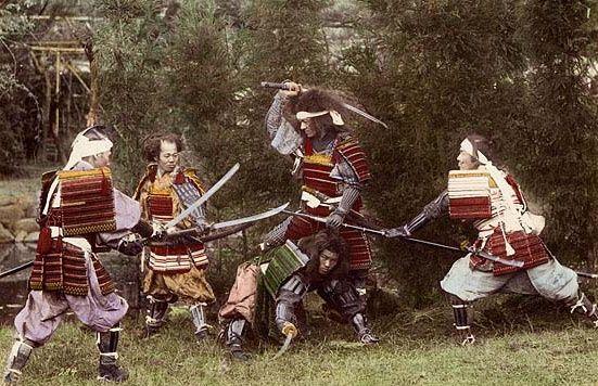 Samurajowie w tradycyjnych zbrojach.