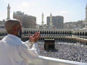 Pielgrzymi wokół Kaaby w meczecie al Masjid ul Ḥarām w Mekce