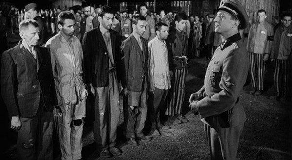 """Znudzeni kapo w obozie koncentracyjnym w Auschwitz wyszukiwali sobie najróżniejsze """"rozrywki"""" – większość polegała na wymyślaniu coraz bardziej brutalnych metod pastwienia się nad więźniami. Kadr z filmu """"Bokser i śmierć"""" (reż. Peter Solan"""