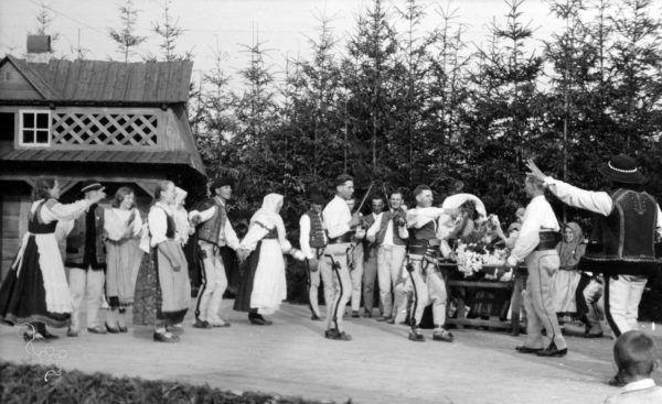 Pokaz tańców góralskich w Zakopanem, Źródło: Narodowe Archiwum Cyfrowe, ok.1925