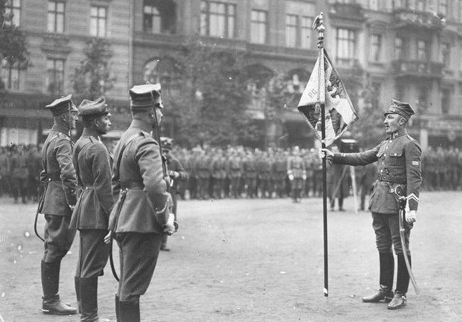 Po powstaniu Armia Wielkopolska zaczęła powiększać swe stany (na zdj. uroczystość wręczenia sztandaru pułkowi garnizonowemu wojsk wielkopolskich).
