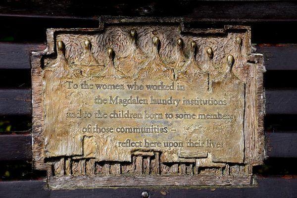 Tablica upamiętniająca penitentki azylów Magdalenek.