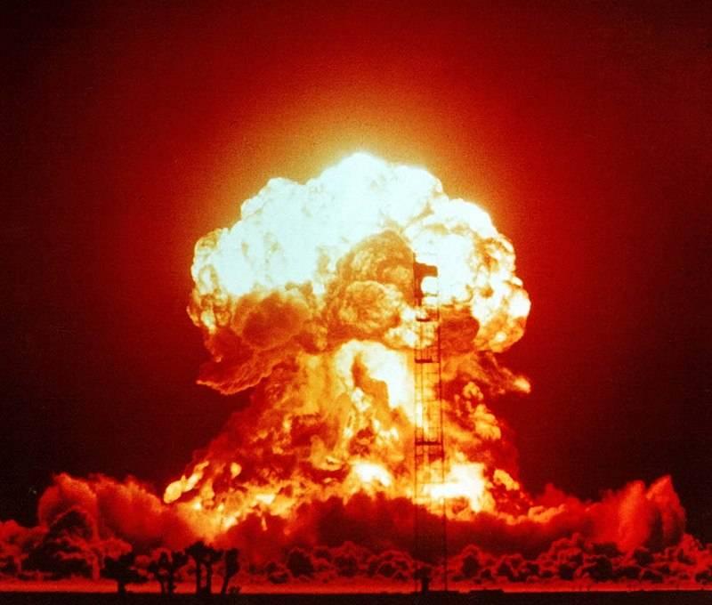 Car-bomba miała utrzeć nosa Amerykanom, którzy prężyli muskuły, przeprowadzając kolejne testy jądrowe (na zdj. test ładunku Badger w 1953 roku).