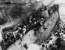 """Trzy torpedy uderzyły w """"Prince of Wales"""" – jedna w dziób, jedna w śródokręcie i jedna w rufę. Zginęły setki brytyjskich marynarzy."""