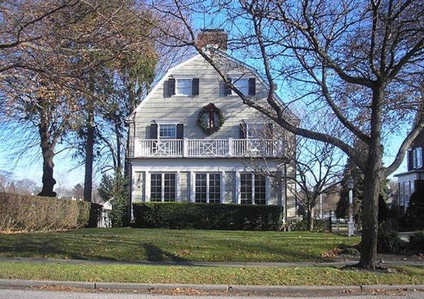Dom przy 112 Ocean Avenue w Amityville, rzekomo opętany przez duchy pomordowanej rodziny.