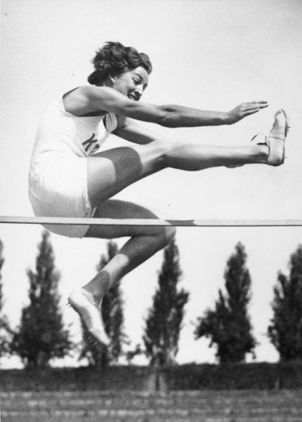 Berlińskie igrzyska w 1936 roku okazały się ostatnią taką oficjalną imprezą przed długą przerwą (na zdj. skacząca wzwyż Elfriede Kaun). Więźniowie w niemieckich obozach zorganizowali jednak własne zmagania olimpijskie.