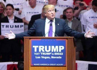 Donald Trump podczas przemówienia w lutym 2016 roku.