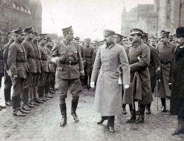 Pierwsze miesiące istnienia II RP były dla Piłsudskiego bardzo trudne.