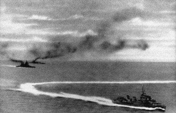 """Jedna z bomb uderzyła w śródokręcie """"Repulse"""". Piętnaście minut później szesnaście bombowców Betty przeprowadziło atak torpedowy na """"Prince of Wales""""."""